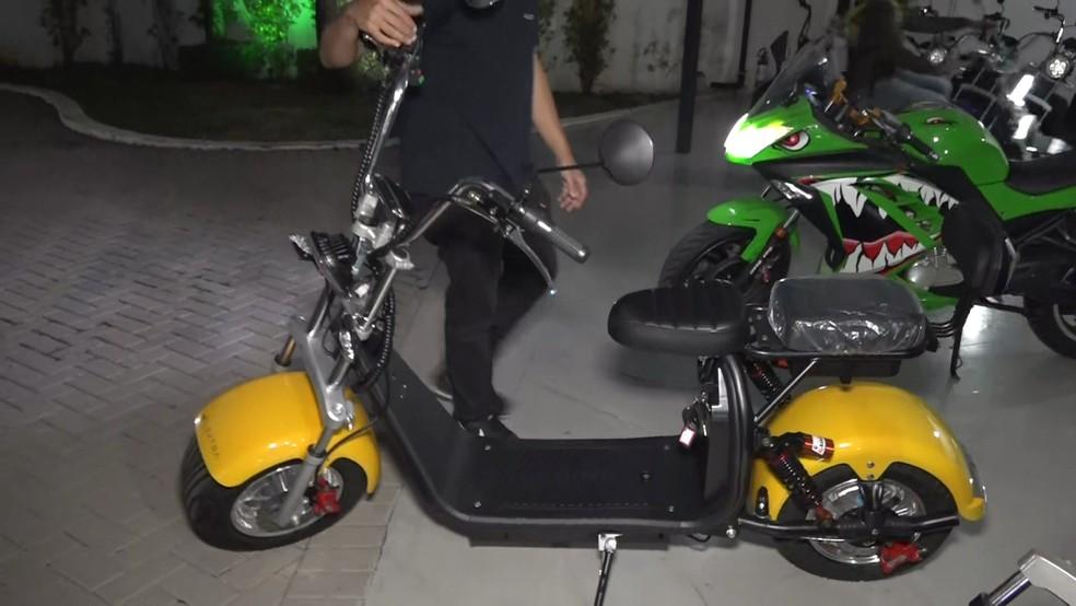 Scooter elétrico não pode ter dimensões maiores do que os de uma cadeira de rodas para rodar sem ser emplacado — Foto: Reprodução/TV Globo