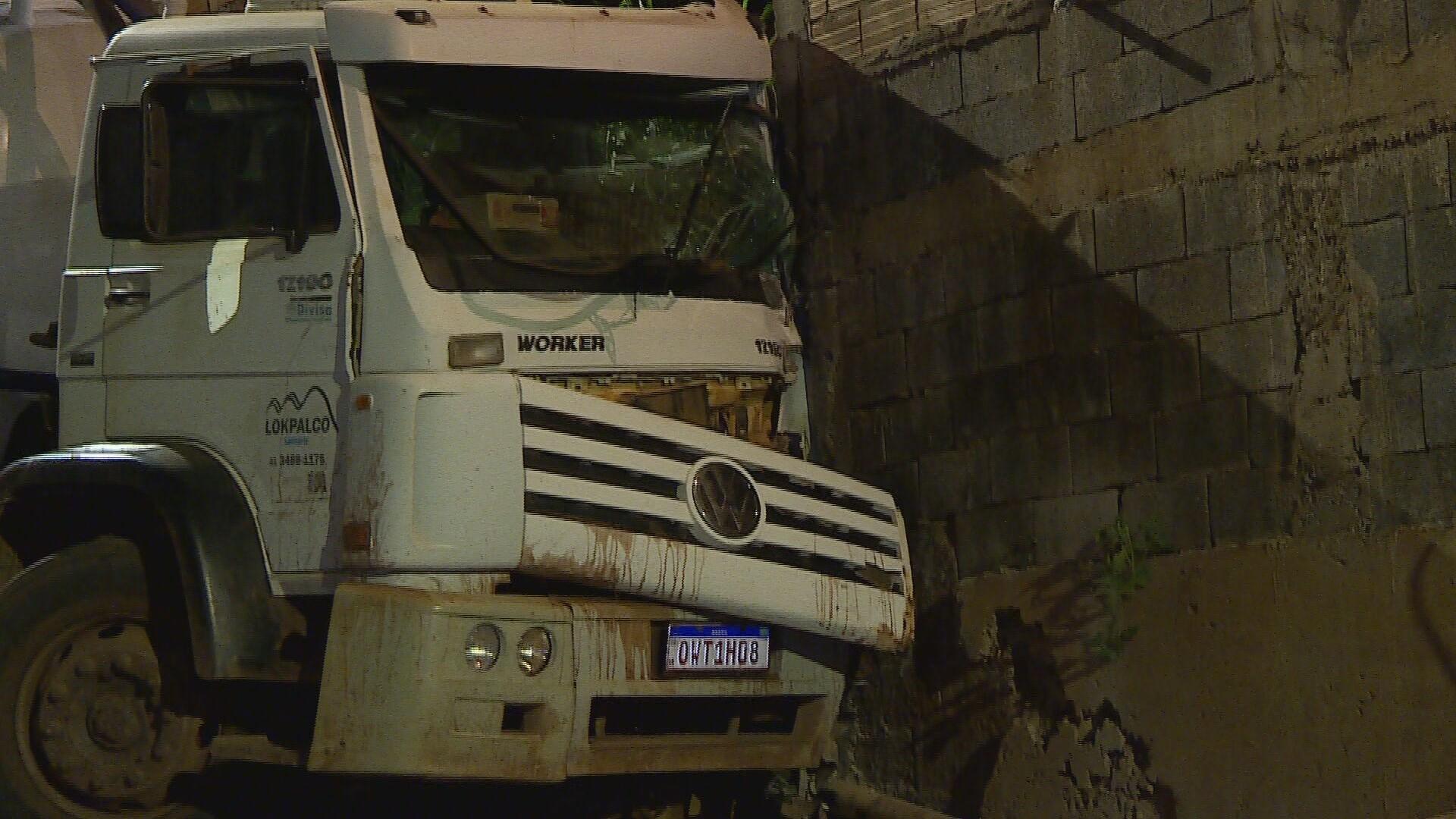 Caminhão desgovernado atinge muro de casa em BH