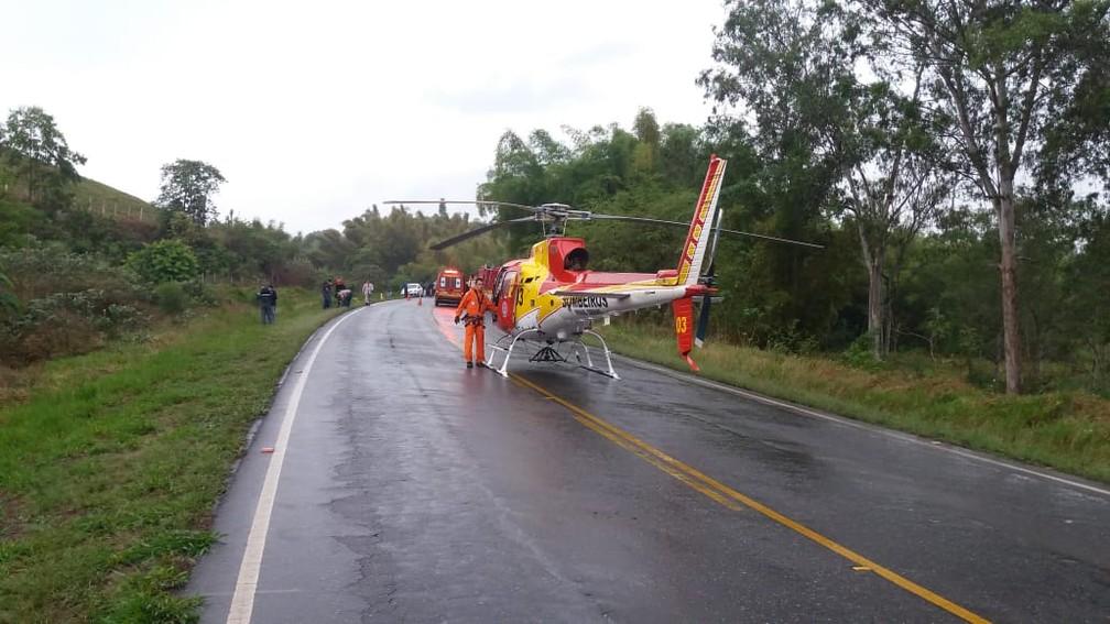 Helicóptero do Corpo de Bombeiros esteve no local para socorro de duas vítimas — Foto: Alô Alô Cidade