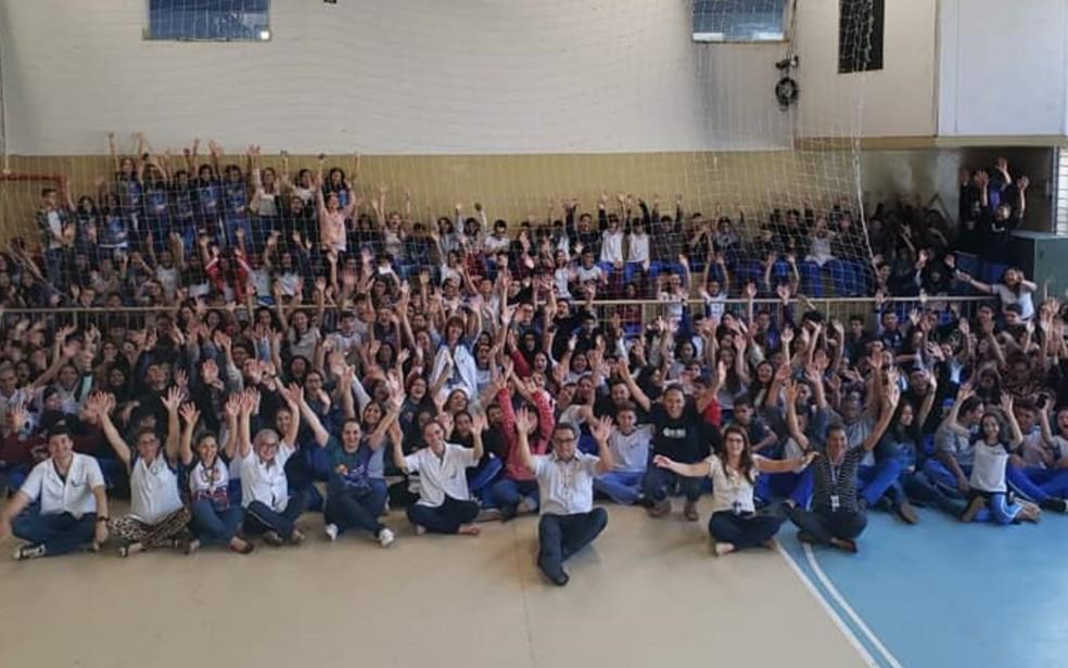 Quadra ficou lotada de alunos, que fizeram questão de se despedir da professora Helena ? Foto: Reprodução/Facebook-Sesi