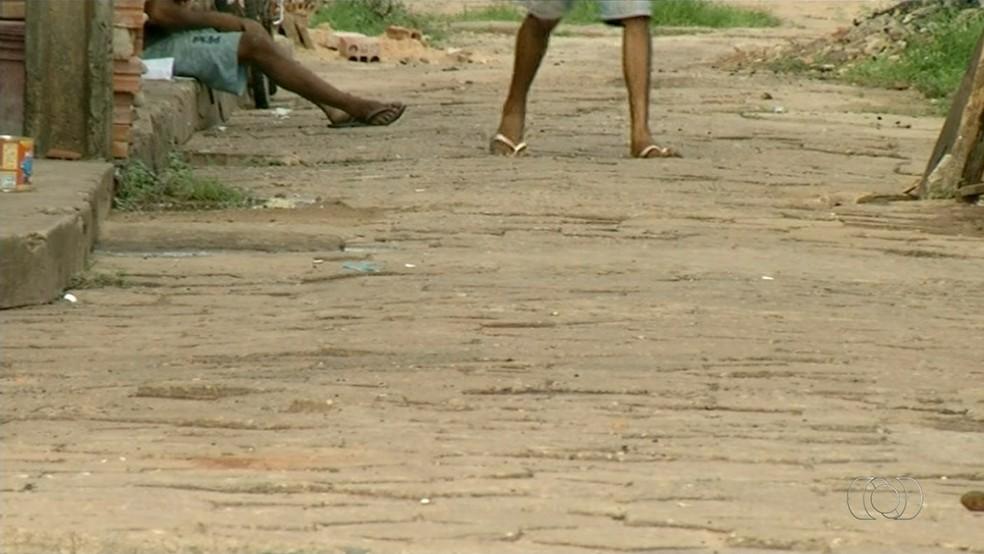 Usuários de drogas seguem na Feirinha após demolições  (Foto: TV Anhanguera/Tocantins)