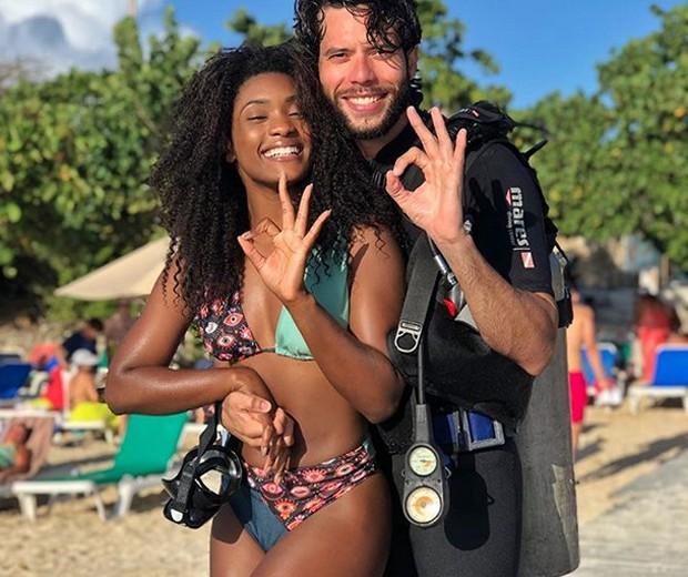 Érika Januza com instrutor de mergulho (Foto: Reprodução/Instagram)