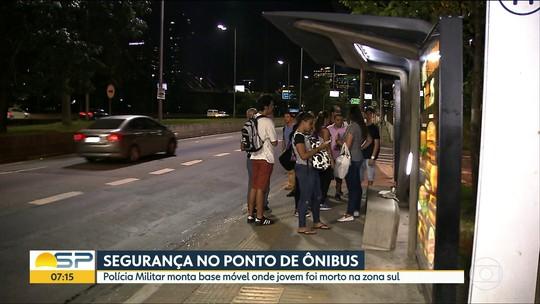 Amigos prestam homenagem a jovem morto em assalto em ponto de ônibus na Marginal Pinheiros