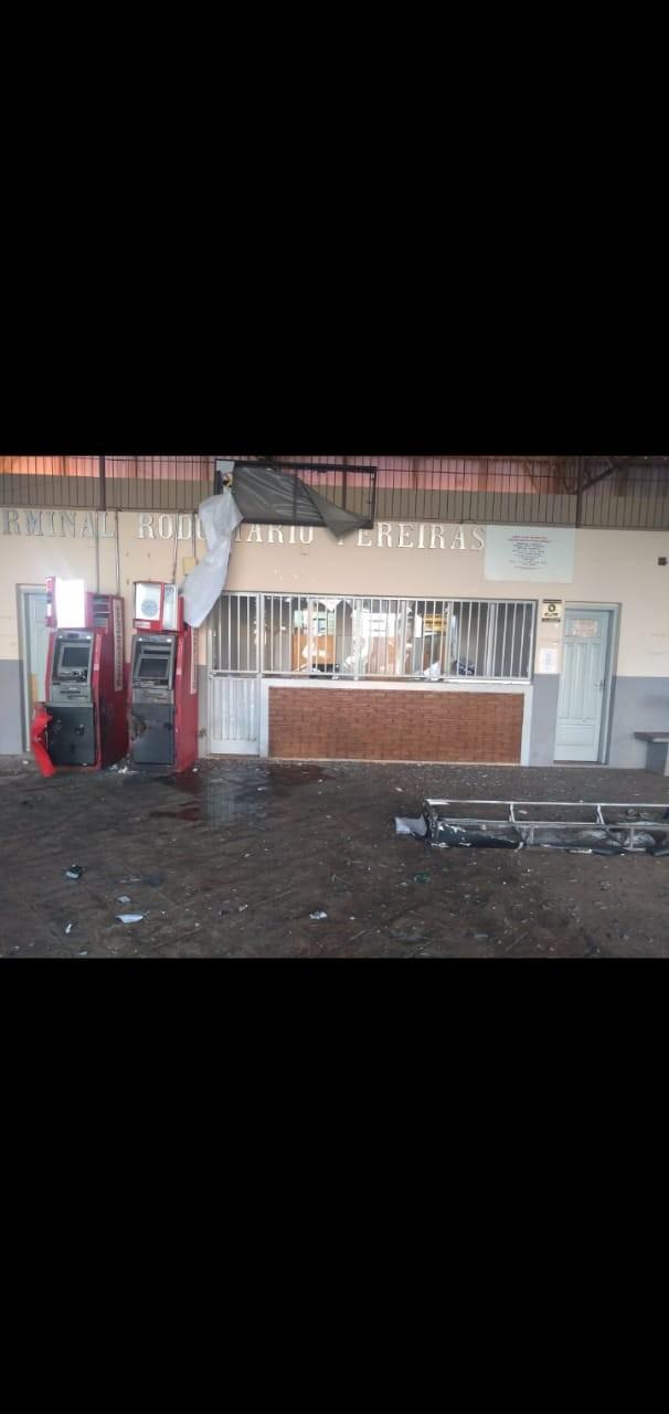 Criminosos explodem caixas eletrônicos do terminal rodoviário de Pereiras