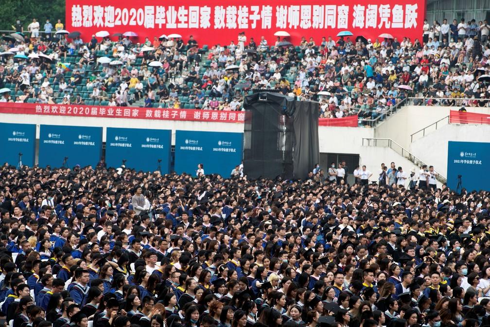 Graduandos participam de cerimônia na Central China Normal University, em Wuhan, na província de Hubei, em 13 de junho de 2021. Formatura inclui estudantes que não tiveram cerimônia no ano passado devido à pandemia do novo coronavírus. — Foto: Reuters