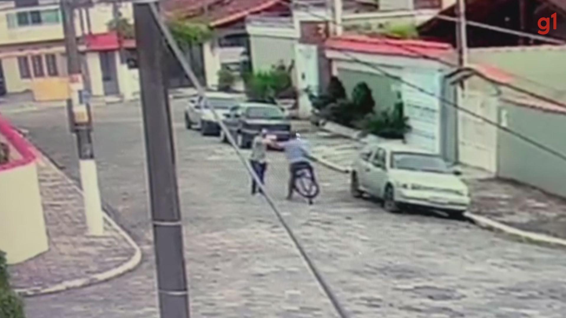 Câmera flagra suspeito roubando mulher e tentando tirar aliança de vítima à força em Praia Grande