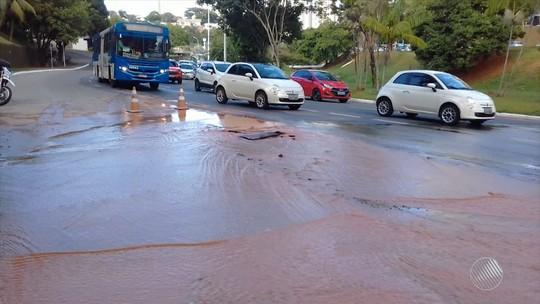 Cano estoura e complica o trânsito na Avenida Juracy Magalhães Jr., em Salvador