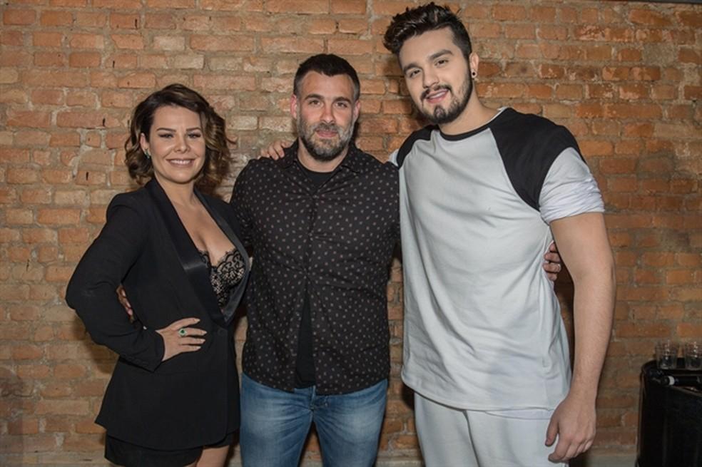 Fê Souza e Luan Santana com Raoni Carneiro, diretor artístico do 'SóTocaTop' (Foto: Fábio Rocha/Globo)