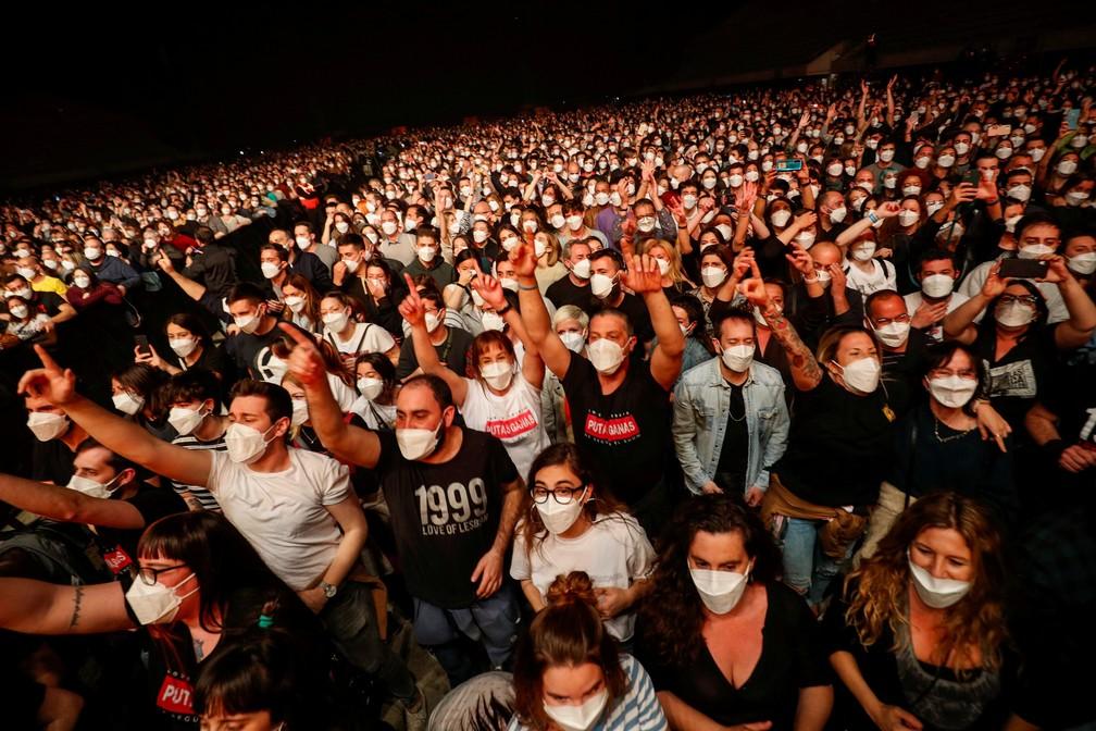 5 mil pessoas participaram do show da 'Love of Lesbian' em Barcelona no sábado (27) para testar eventos pós-pandemia. — Foto: Albert Gea/Reuters