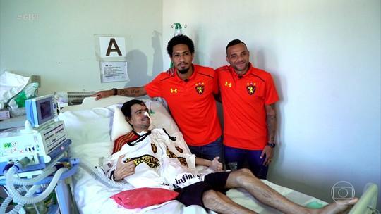 Torcedor do Sport recebe visita de Hernane e Guilherme e ganha força em luta contra doença rara