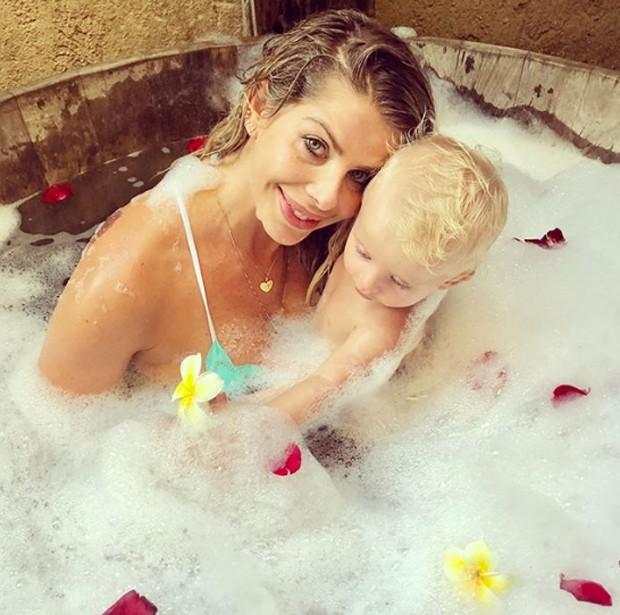 Karina Bacchi e o filho, Enrico (Foto: Reprodução/Instagram)