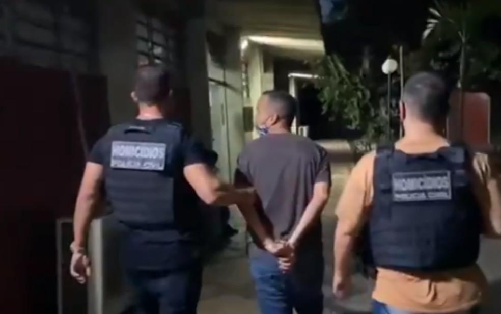 Pistoleiro é contratado por mulher para matar o ex dela, mas é preso ao chantagear o alvo para não cometer o crime, em Goiânia, Goiás — Foto: Reprodução/TV Anhanguera