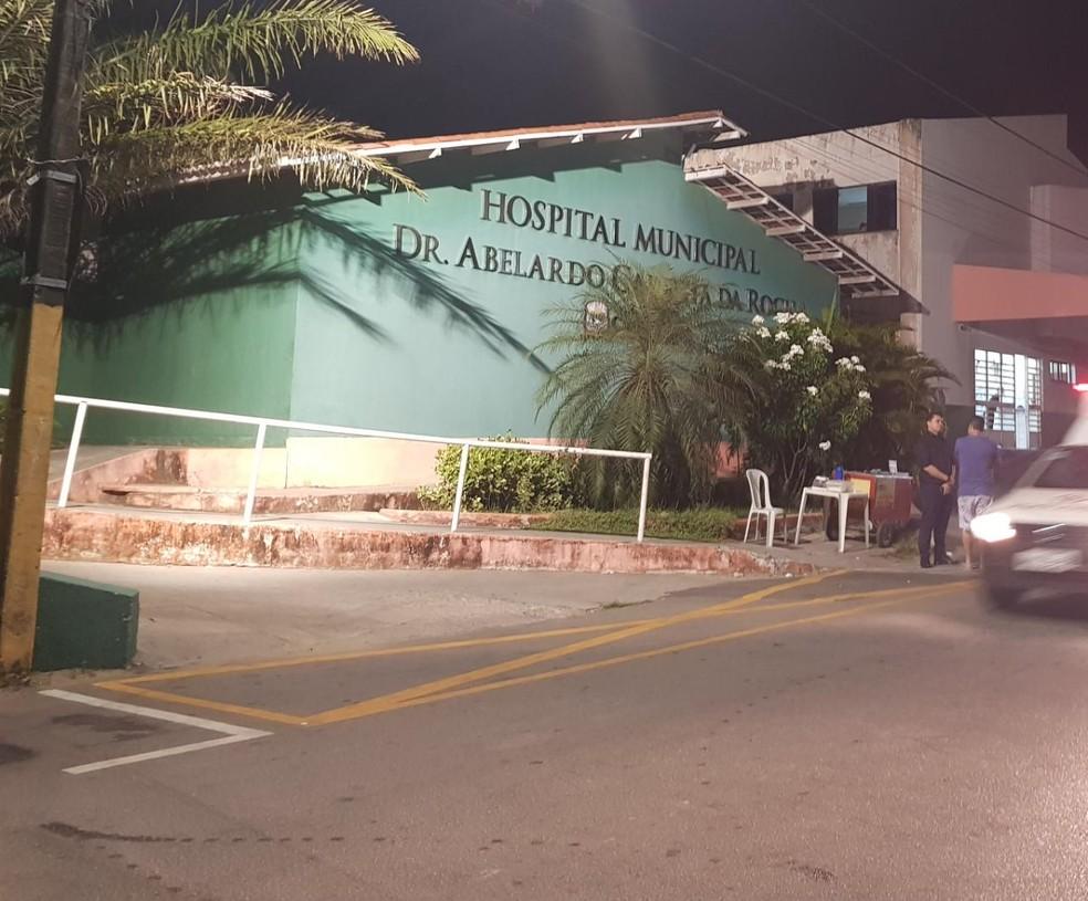 Após ser baleado, agente foi socorrido por um carro de polícia e levado para o Hospital Municipal de Caucaia. — Foto: Rafaela Duarte/ Sistema Verdes Mares