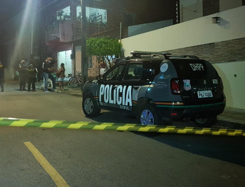 Mulher de 27 anos é morta a tiros por dupla em moto, em Aquiraz. — Foto: Rafaela Duarte/ SVM