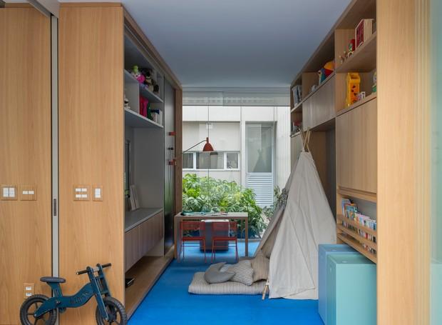 Em 15 m² cabe um universo de aventuras. Cabaninha, mesa de atividades, lousa e muitos brinquedos ocupam o espaço infantil (Foto: Salvador Cordaro/Divulgação)