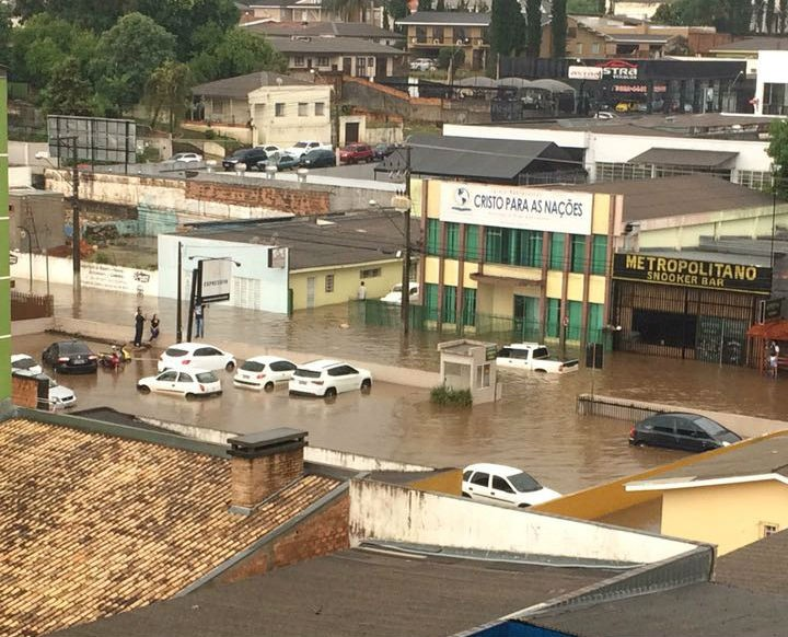 Chuva deixa ruas de Guarapuava alagadas
