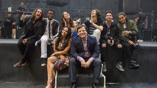 Elenco e equipe se despedem de 'Rock Story' ao som de 'Não Vá'; assista ao clipe!