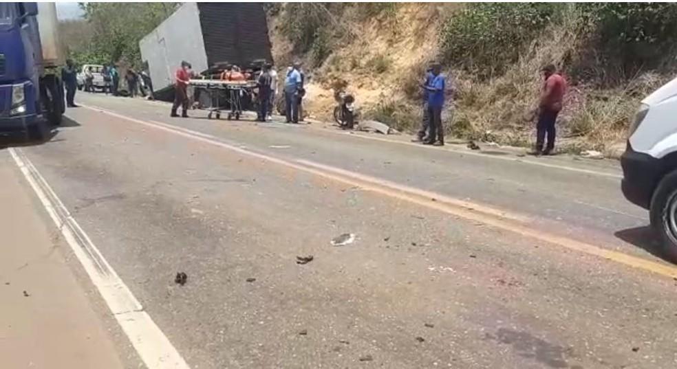 Colisão frontal deixa três pessoas feridas na BR-010, em Imperatriz. — Foto: Divulgação/PRF.