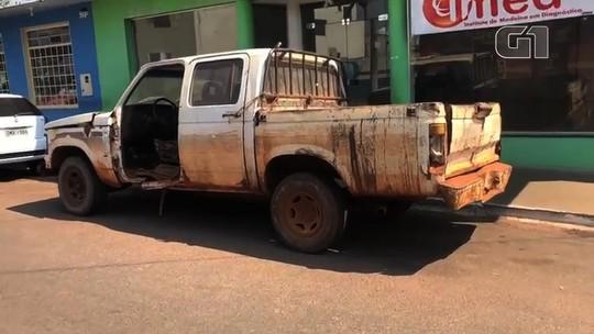 Carro da prefeitura de Caçu é visto trafegando sem porta do lado do motorista; vídeo