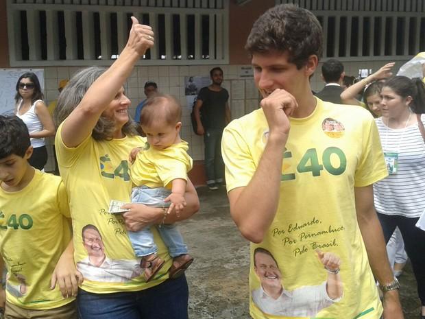 Renata Campos e filhos chegam à seção eleitoral para votar. (Foto: Katherine Coutinho / G1)