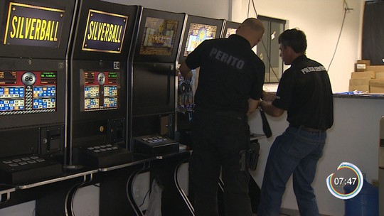 Polícia estoura bingo clandestino com 24 máquinas caça-níqueis em Taubaté, SP