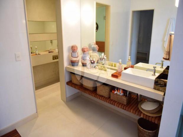 BANHEIRO | Pia separada do lavatório em banheiro de suíte da mansão da apresentadora Xuxa Meneguel (Foto: Judice & Araujo Imóveis/Reprodução)