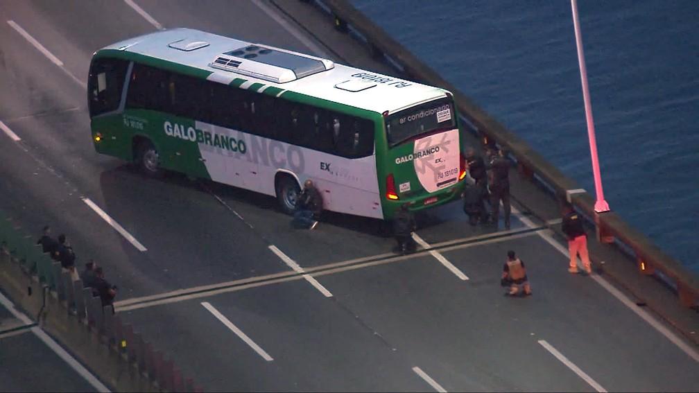 Policiais cercam ônibus na Ponte Rio-Niterói — Foto: Reprodução/TV Globo