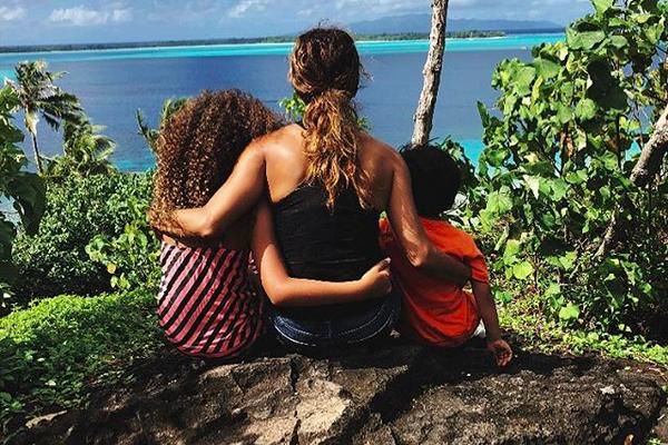 A atriz Halle Berry na companhia dos filhos durante suas férias (Foto: Instagram)