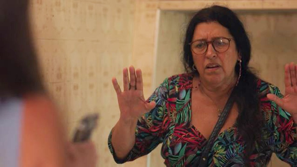 Lurdes (Regina Casé) levará um tiro de Thelma (Adriana Esteves) em 'Amor de Mãe' — Foto: Globo