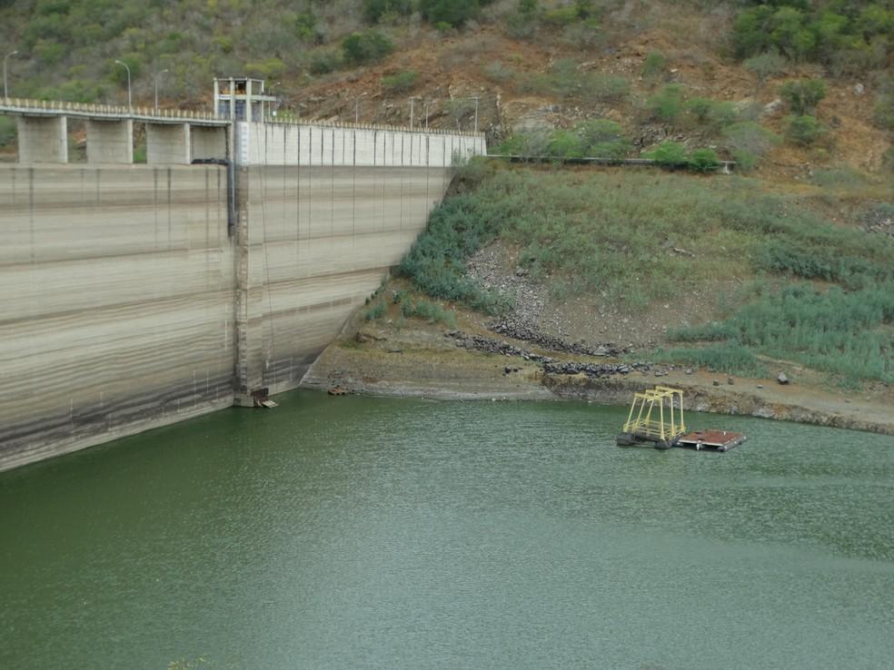 Objetivo é evitar o rompimento da barragem de Jucazinho (Foto: Paula Cavalcante/ G1)