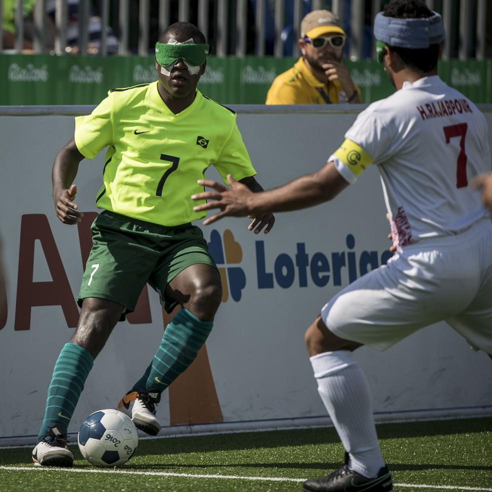 Descrição da imagem: Jefinho faz o domínio em jogo contra o Irã (Foto: Daniel Zappe/MPIX/CPB)