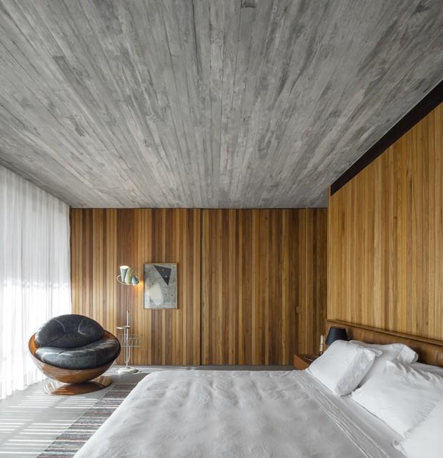Décor do dia: quarto de casal com madeira e concreto aparente (Foto: Fernando Guerra/Divulgação)