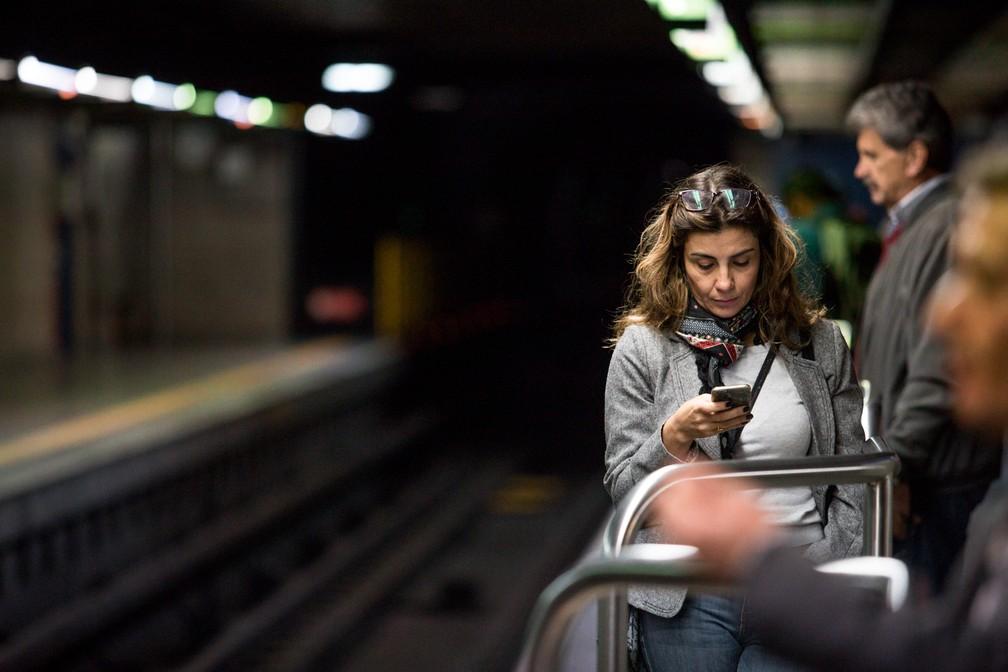 Passageira aguarda chegada de trem do metrô na linha 2-azul, em São Paulo — Foto: Marcelo Brandt/G1
