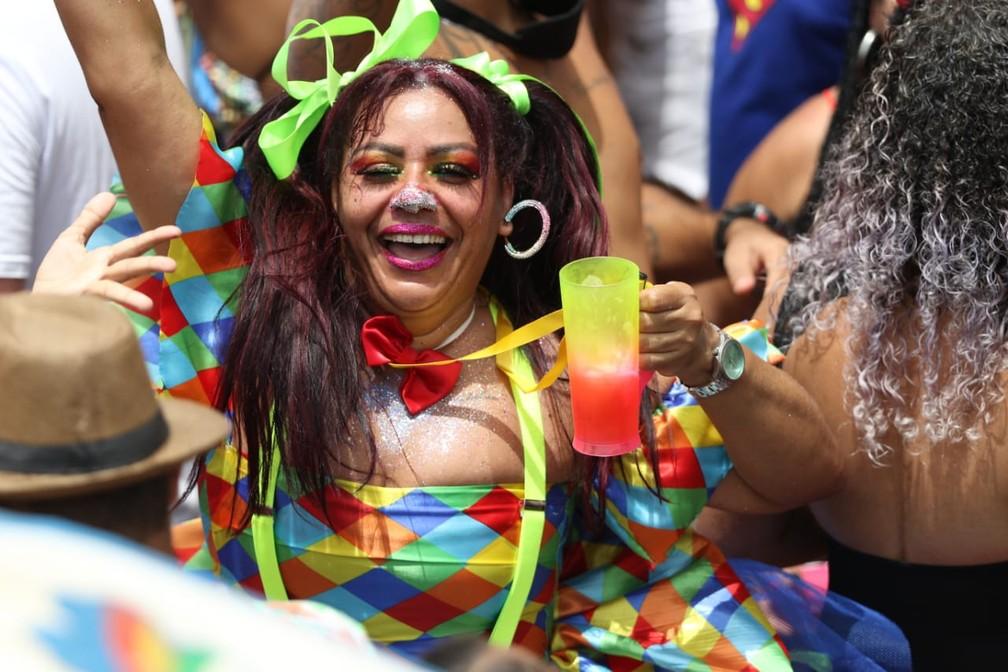 Foliona fantasiada de palhaça espanta calor com bebida no Galo da Madrugada — Foto: Aldo Carneiro/Pernambuco Press