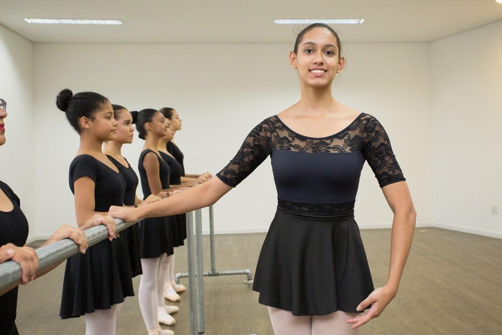 Após participar do projeto da ONG Amis, Jamily Silva Santos ganhou bolsa de estudos em renomada escola de balé de São Paulo  (Foto: Celso Tavares)