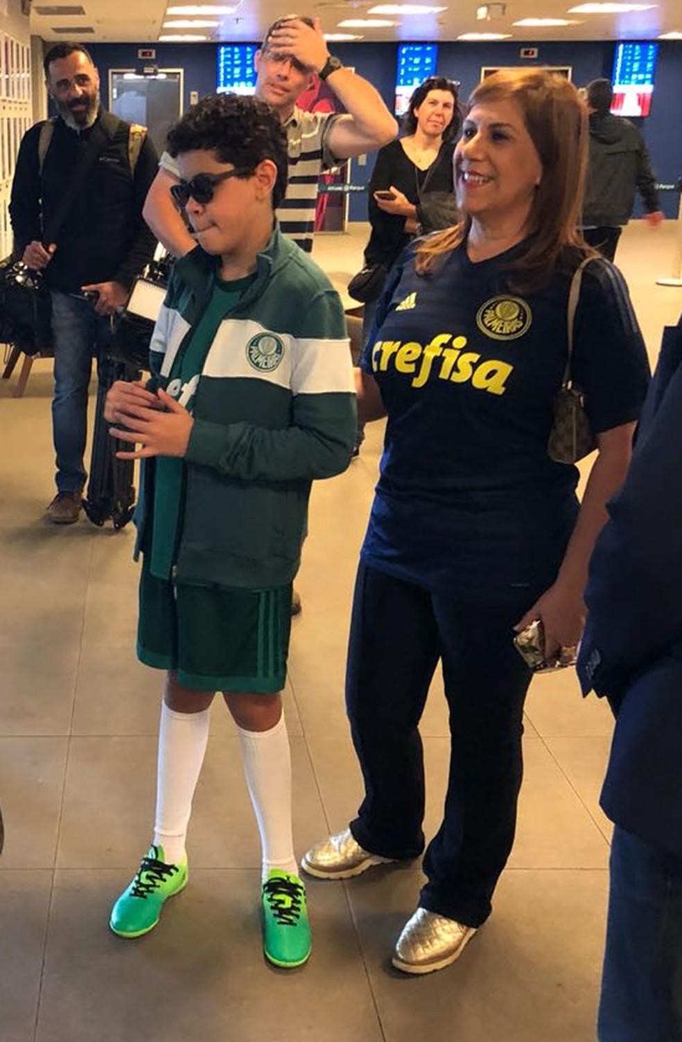 O menino e a mãe conhecem a parte interna do estádio palmeirense — Foto: Carol Andrade