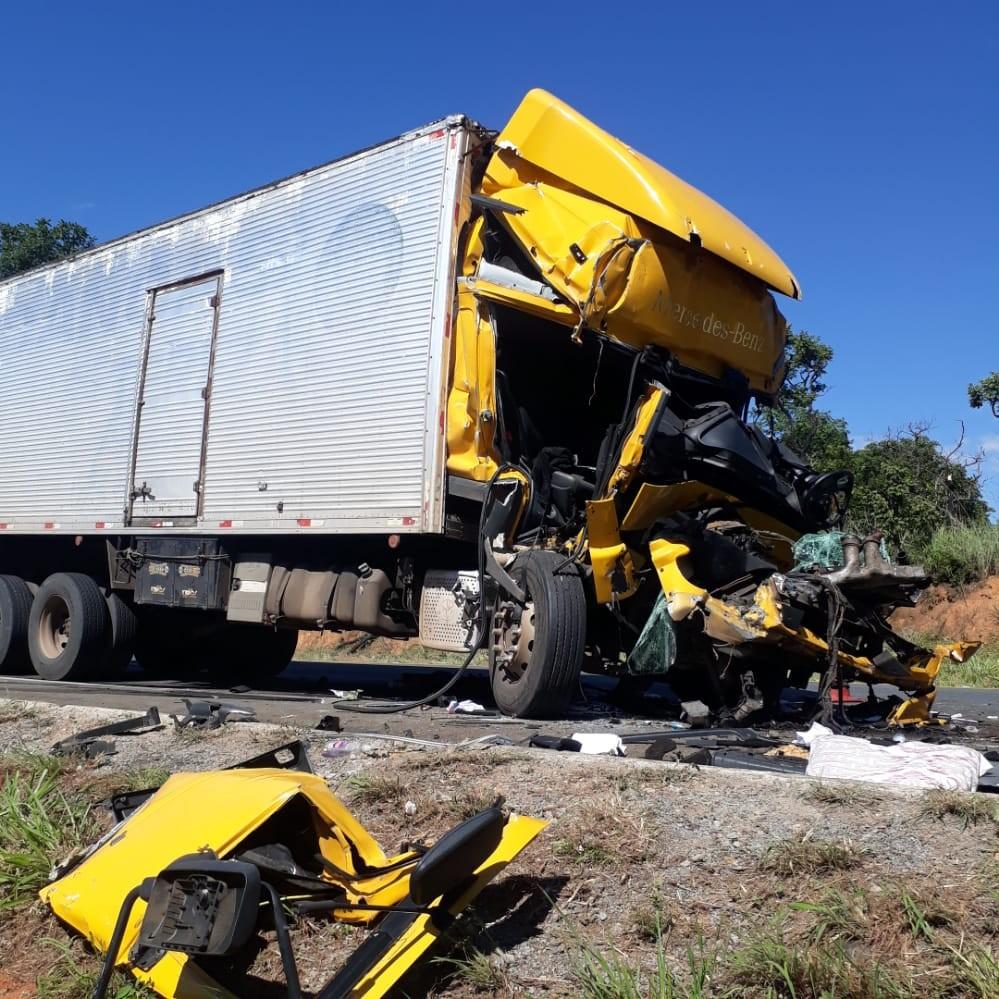 Duas pessoas ficam presas às ferragens em acidente com caminhão e carreta na BR-135