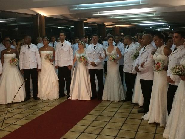Cerimônia de casamento de 42 casais aconteceu em um dos salões da Casa de Espanha, no Humaitá (Foto: Daniel Silveira / G1)