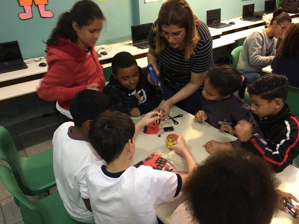 Debora Garofalo e alunos durante a aula — Foto: Arquivo Pessoal