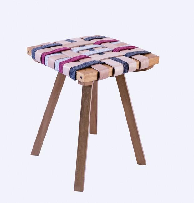Versão de banquinho caipira em madeira garapeira com tarogo em itaúba de Delano Antunes com assento em tiras de couro e tear da tecelã Maria Laura de Resende (Foto: João Bertholini)