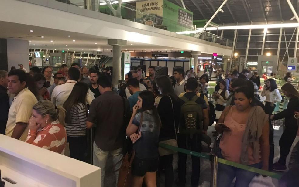 Passageiros do voo 1461, que fez escala em Brasília e acabou sendo cancelado, aguardam no aeroporto por novo voo com direção a Palmas, no Tocantins (Foto: Arquivo Pessoal)