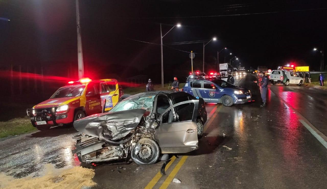 Motorista de carro fica gravemente ferido ao colidir contra dois caminhões na BR-476, em Araucária