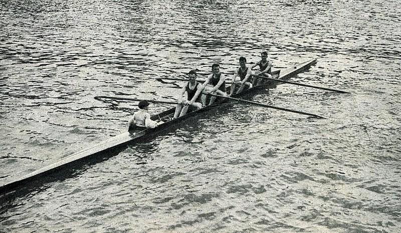 Noël Vandernotte foi o timoneiro nos Jogos Olímpicos de Berlim em 1936. Na foto de roupa branca, ele estava no comando da canoa (Foto: Le Miroir des sports/Wikimedia Commons)