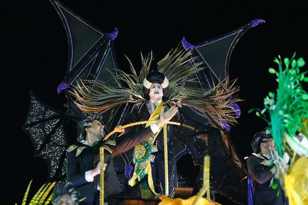 Fantasia do 'Vampiro neoliberalista' durante o desfile da Paraíso do Tuiuti (Foto: Marcos Serra Lima/G1)