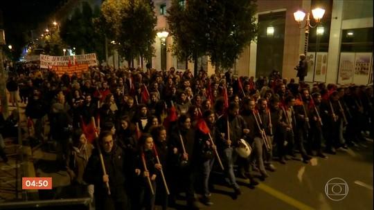 Primeira-ministra Angela Merkel é recebida com protestos em Atenas