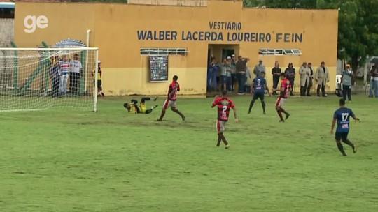 """Depois de perder gol na cara do goleiro, atacante até se benze: """"Fiquei sem entender o lance"""""""