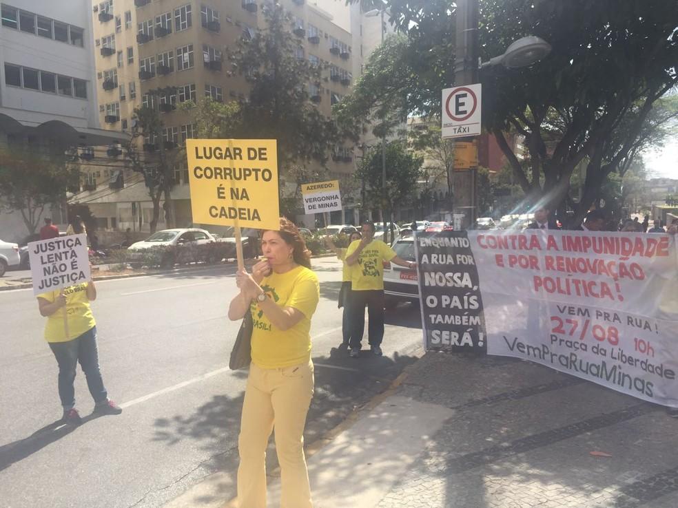 Manifestantes protestam contra impunidade na portal do Tribunal de Justiça de Minas Gerais, em Belo Horizonte, durante julgamento de recursos de Eduardo Azeredo (PSDB) no mensalão tucano (Foto: Raquel Freitas/G1)