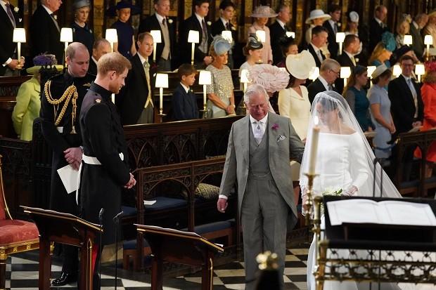 Príncipe Charles conduz a nora ao altar (Foto: Getty Images)