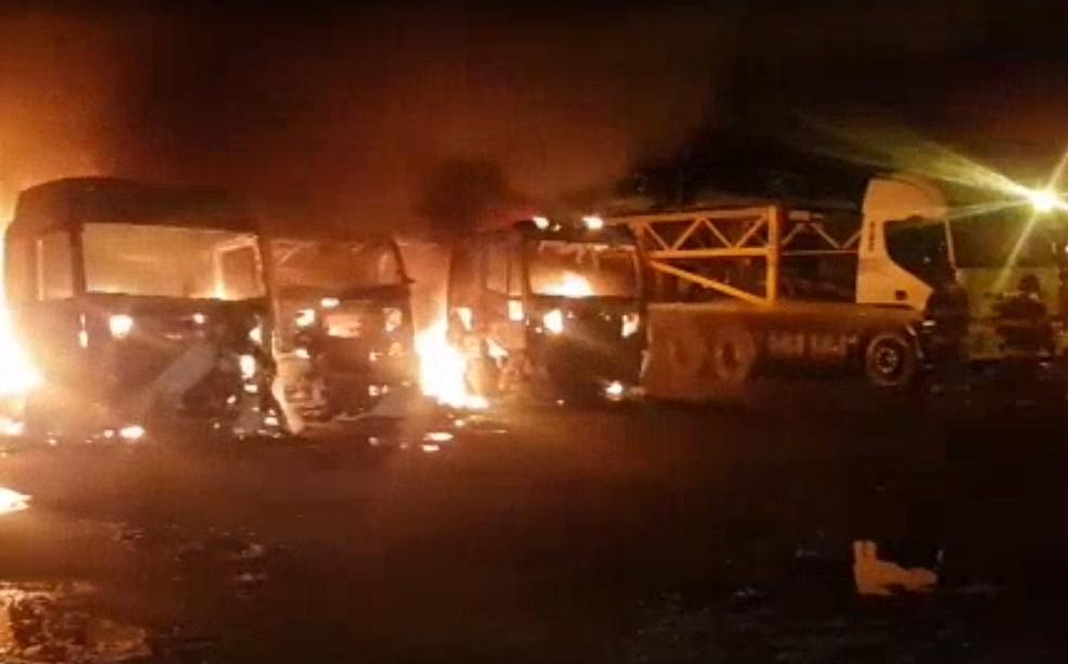 Caminhões-cegonhas pegam fogo em pátio em São Bernardo do Campo  — Foto: Reprodução/Corpo de Bombeiros