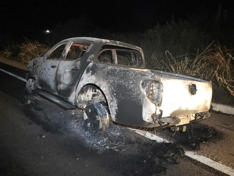 Na fuga, os bandidos atearam fogo em um automóvel (Foto: Clayton Carvalho/Inter TV Cabugi)